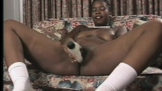 Nubian queen smiles as she fucks herself on cam on the couch